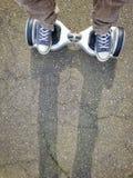 Ноги на hoverboard стоковая фотография