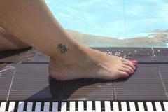 Ноги около воды Стоковые Фотографии RF
