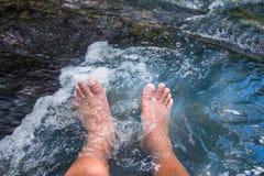 Ноги ослабляя погружение водопада Стоковое Изображение