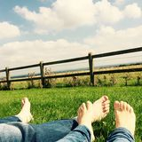 Ноги пар на траве Стоковые Фото