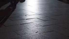 Ноги пешехода во взгляде низкого угла города акции видеоматериалы