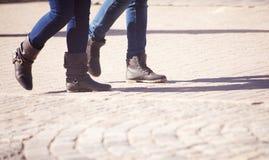 Ноги пешеходов идя на тротуар Стоковые Изображения RF
