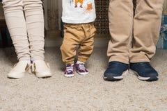 Ноги пожененной пары с ребенком Стоковое фото RF