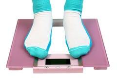 ноги пола вычисляют по маштабу женщину Стоковое фото RF