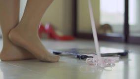 Ноги полной девушки стоят около масштабов акции видеоматериалы