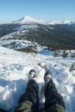 Ноги путешественника в пеших ботинках с гетрами снега в снежных горах Стоковая Фотография