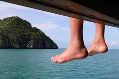 Ноги путешественника на шлюпке путешествия Стоковые Изображения