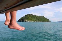 Ноги путешественника на шлюпке путешествия Стоковая Фотография RF