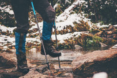 Ноги путешественника река скрещивания Стоковое Фото