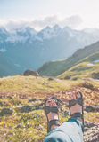 Ноги путешественника сидя na górze горы перемещение карты dublin принципиальной схемы города автомобиля малое Стоковые Фото