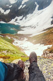 Ноги путешественника сидя na górze горы перемещение карты dublin принципиальной схемы города автомобиля малое Стоковое Изображение RF