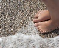 Ноги ребенка на пляже Стоковое Фото