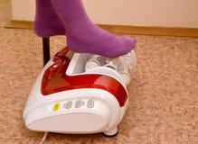 Ноги ребенка на masseur ролика Офис массажа оборудования Стоковые Изображения