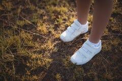 Ноги ребенка стоя на траве в лагере ботинка Стоковое Изображение RF