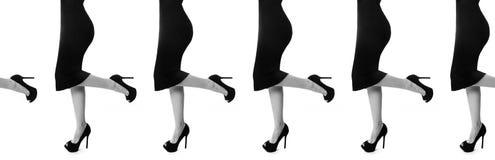 Ноги сексуальной женщины тонкие в черных высоких пятках на белой предпосылке Эротичные формы тела Совершенная обувь, ботинки безш Стоковые Фото