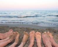 Ноги семьи barefoot морем на пляже в лете Стоковые Фотографии RF