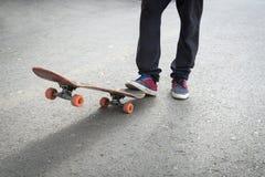 Ноги скейтбордистов пока катающся на коньках Стоковые Изображения