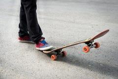 Ноги скейтбордистов пока катающся на коньках Стоковое Изображение