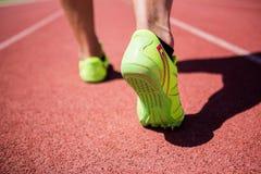 Ноги спортсменов бежать на гоночном треке Стоковые Изображения