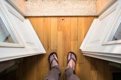 Ноги среднего достигшего возраста положения человека в двери балкона стоковые изображения rf