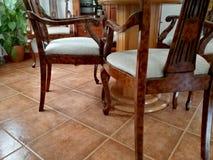 Ноги стульев вокруг таблицы стоковые фото