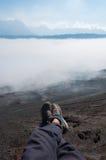 Ноги с ботинками в переднем листе дыма тумана или Стоковое Изображение