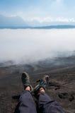 Ноги с ботинками в переднем листе дыма тумана или Стоковая Фотография RF