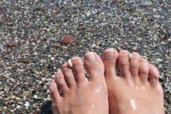 Ноги с pedicure на пляже Стоковое Изображение RF