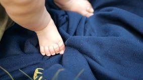 Ноги толстого младенца стоя на темно-синей предусматрива летом в замедленном движении сток-видео