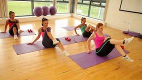 Ноги тренировки класса и инструктора фитнеса сток-видео