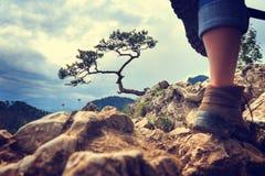 Ноги туриста женщины Стоковая Фотография RF
