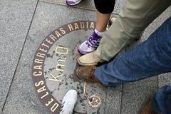 Ноги туристов на метке Стоковая Фотография RF