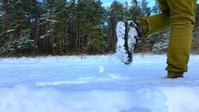 Ноги туристского пропуска через снег в замедленном движении видеоматериал