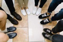 Ноги участников бизнес-конференции стоковое изображение