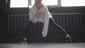 Ноги хмеля танца девушки тазобедренного в студии видеоматериал
