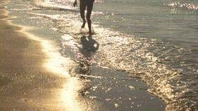 Ноги хода женщины, seashore видеоматериал