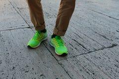 Ноги человека в носках и зеленых тапках Стоковые Фото