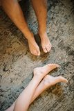 Ноги человека и женщины в конце-вверх кровати стоковое изображение rf