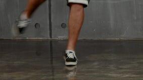 Ноги человека которые делают пролом-танец на поле видеоматериал