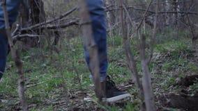 Ноги человека который копает землю лопатой Feet of a man who digs the ground with a shovel stock video footage