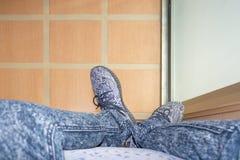 Ноги человека который носит серые ботинки с картиной a нашивок стоковое изображение rf
