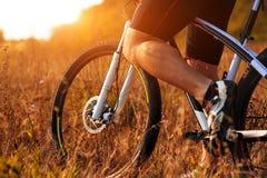 Ноги человека велосипедиста ехать горный велосипед внешний Стоковое фото RF