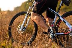Ноги человека велосипедиста ехать горный велосипед на внешнем следе Стоковая Фотография RF