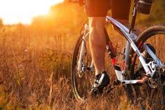 Ноги человека велосипедиста ехать горный велосипед на внешнем следе Стоковое Фото