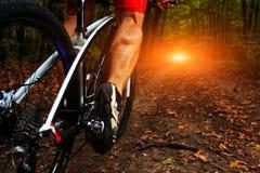 Ноги человека велосипедиста ехать горный велосипед Стоковые Фотографии RF