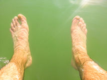 Ноги человека влажные под водой Стоковое Фото
