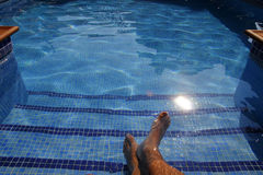 Ноги человека в бассейне Стоковое Изображение RF