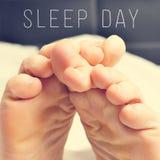 Ноги человека в дне сна кровати и текста стоковая фотография rf
