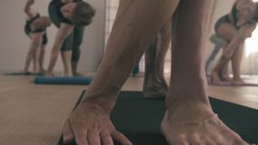 Ноги человека делая asana йоги Trikonasana