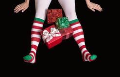 Ноги эльфа рождества с настоящими моментами Стоковая Фотография RF